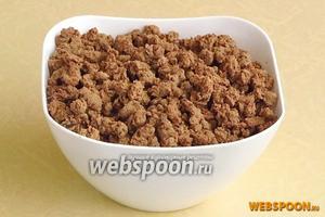 Готовую печень остудить и пропустить через мелкую решётку мясорубки.