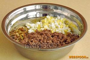 Соединить печень, яйца и лук, поперчить и посолить по вкусу.
