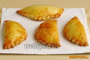 Противень поставить в духовку, разогретую до температуры 200°С, и выпекать в течение 15–20 минут. Готовые пирожки выложить на бумажное полотенце.
