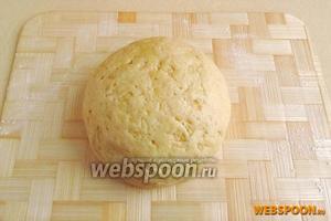 Замесить тесто и поставить его в холодное место на 2–3 часа.