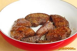 Жарить печень в кипящем масле в течение 10 минут одну сторону, а затем другую. Перед самым концом жарения посолить.
