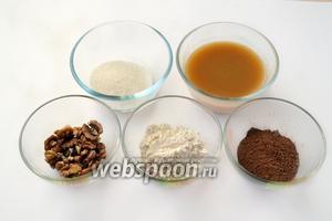 Подготовим необходимые нам ингредиенты: муку, какао, яблочное пюре, грецкие орехи (3 ст. л.), сахар, соду и соль.