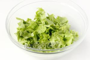 Листья салата моем, нарываем руками в глубокий салатник.