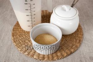 Приготовить миндальное молочко, желатин и сахар.