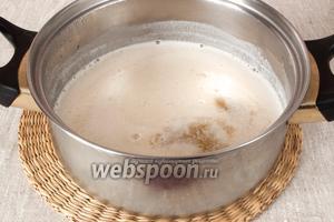 В ещё горячее молочко добавить предварительно замоченный в воде и процеженный желатин. Размешать до полного его растворения.