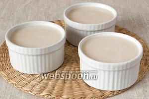 Разлить желе по формочкам, когда оно остынет до комнатной температуры, то его нужно поставить в холодильник.