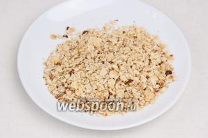 Орехи подсушить на сковороде и измельчить.