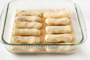 Выложить трубочки  в форму на пекарскую бумагу.