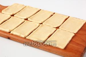 Нарезать тесто прямоугольниками 5х10 см.