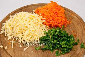 Морковь и сыр натереть на тёрке, зелень нарезать.