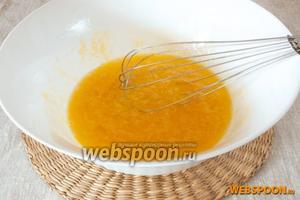 Для приготовления начинки соединить яйца, соль и сахар, взбить венчиком или миксером, чтобы масса стала светлее.