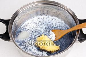 Затем смешать все ингредиенты для начинки, перемешать и поставить на медленный огонь до тех пор, пока не испарится жидкость. Периодически необходимо помешивать.