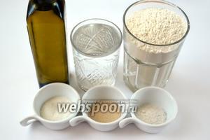 Для приготовления теста возьмем такие ингредиенты: воду, муку, дрожжи, соль, сахар, оливковое масло.