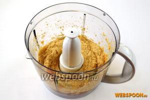 Если  у вас мощный комбайн, то можно сразу превратить горох в пюре, в противном случае придётся почистить горох от поверхностной пленки, иначе хумус будет очень крупчатым.