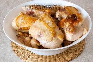 Курицу промыть, нарезать крупными кусками. Обжарить до полуготовности на очень горячей сковородке с добавлением растительного масла. Мясо должно «схватиться». Переложить курицу в миску.