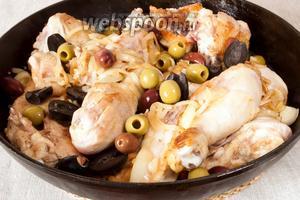 Выложить курицу назад на сковородку к луку. Добавить маслины и оливки. Добавить вино.