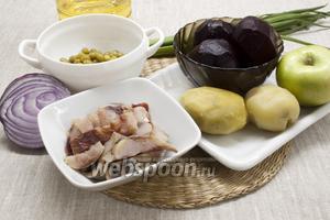 Подготовить картофель, свёклу, лук - фиолетовый и зелёный, ломтики филе сельди, растительное масло, яблоко, консервированный горошек.
