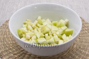 Яблоко промыть, нарезать маленькими кубиками, полить соком лимона, перемешать.