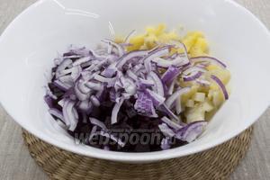 К овощам добавить тонко нарезанный фиолетовый лук.