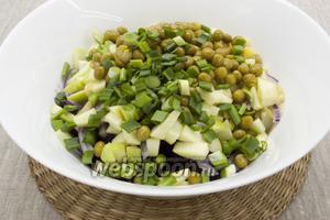 Добавить кубики яблока, горошек и измельчённый зелёный лук.