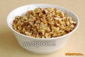 Ядра орехов слегка подсушить в духовке, остудить и крупно порубить.