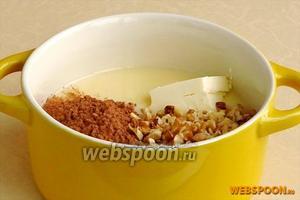 Вылить сгущённое молоко в кастрюлю с толстым дном, добавить масло, какао, сахар и орехи.