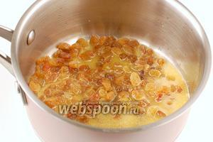 Изюм перебрать, помыть. Залить апельсиновым соком.