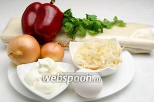 Чтобы приготовить пирог, нужно взять готовое дрожжевое слоёное тесто, квашеную капусту, лук, кинзу, сладкий перец, винный уксус и воду; для заливки — сметану, яйца, соль; желток одного яйца для смазывания теста, 5 г сливочного масла для смазывания формы для выпечки.