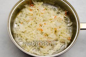 Капусту выложить на сковороду с разогретым 5 мл растительным маслом, обжарить до мягкости.