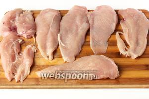 Куриное филе промываем, вытираем бумажным полотенцем и разрезаем на пласты.