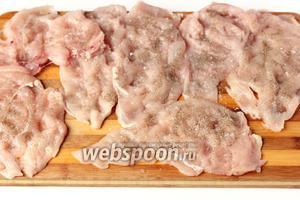 Слегка отбиваем каждый кусок мяса, посыпаем солью и чёрным молотым перцем. Сильно мясо отбивать не нужно!