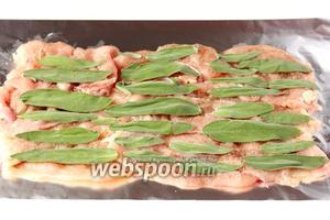 На мясо выкладываем листики шалфея.