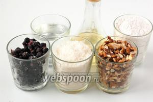 Для приготовления галеты нам понадобится мука, подсолнечное масло, разрыхлитель, сахар, вода, крахмал, смородина, орехи.