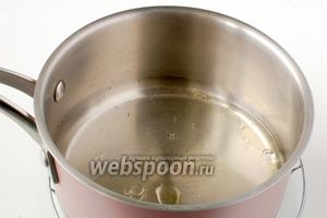 Воду соединить с подсолнечным маслом и солью. Довести до кипения.