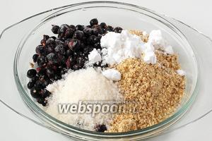 Для начинки соединить замороженную смородину, молотые орехи, сахар и крахмал.