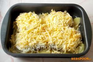 Когда мясо готово, достаем из духовки и посыпаем сыром. Ставим ещё на 5 минут в духовку.