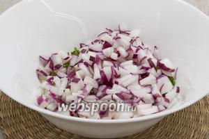Добавить редис промытый, очищенный и нарезанный мелко.