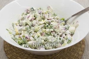 Подавать сразу же после приготовления, украсив ломтиками яйца и зеленью по вкусу.