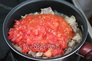 Добавить пюре из помидоров. Тушить ещё 10-15 минут.
