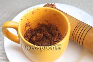 В ступке (или подходящей ёмкости) растолочь грецкие орехи, чеснок, подливая тёплый бульон. По вкусу добавляют чёрный и душистый перец, корицу, или берут готовую смесь хмели-сунели.
