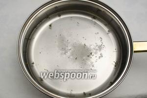 В глубокой сковороде вскипятить воду, добавить соль — 2 г, сахар — 3 г и сухой тимьян.