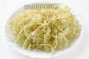 Пекинскую капусту тонко шинкуем.