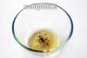 Смешиваем масло грецкого ореха (можно взять оливковое или любое растительное) с солью и перцем.