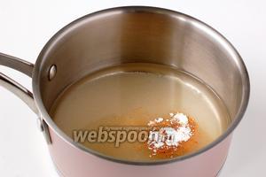 Соединить воду, сахар, ванильный сахар, корицу, мускатный орех. Довести до кипения.