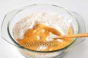Добавить подсолнечное масло. Вмешать масло в смесь муки и сухарей.