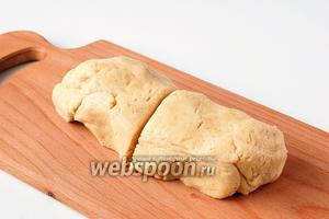 Разделить тесто на 2 части. Положить на 20 минут в холодильник.