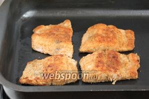 Обжаренную рыбу уложить на смазанный маслом противень.
