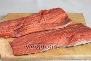 Рыбу почистить, промыть, отрезать голову, хвост, плавники, удалить хребет — всё это можно использовать позже для приготовления рыбного супа, ухи, рыбного пирога или вкусных расстегаев. Разделать на филе. Для приготовления 4 порций достаточно одной половинки.