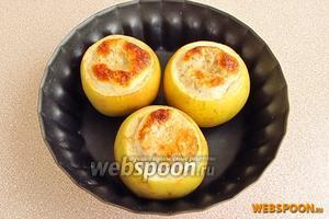 Запекать в горячей духовке при температуре 200°С в течение 15–20 минут. Нужно следить за процессом запекания, так как кислые яблоки легко развариваются и превращаются в пюре, а сладкие сохраняют форму. При подаче испечённые яблоки посыпать сахарной пудрой, смешанной с ванилином.