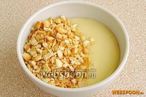 Измельченные орехи выложить к сгущённому молоку.